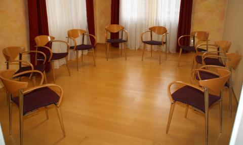 Stuhlkreis in einem Einzelraum